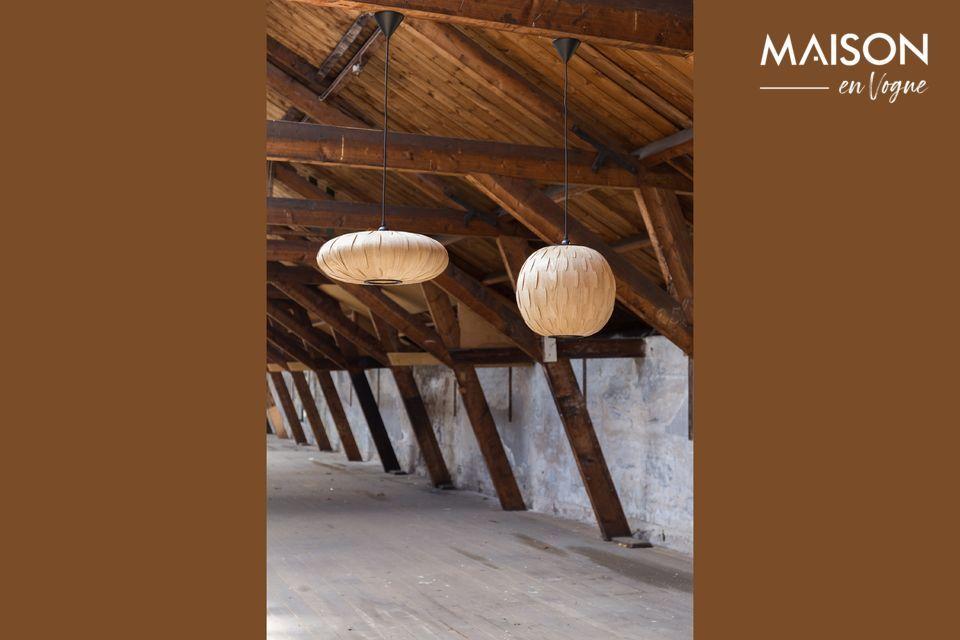 La lampe est réalisée en fines lamelles de en bois de frêne assemblées