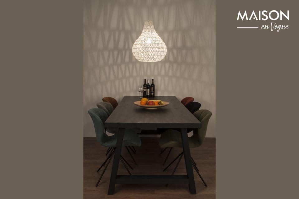 Une lampe suspendue au design moderne créant une ambiance somptueuse