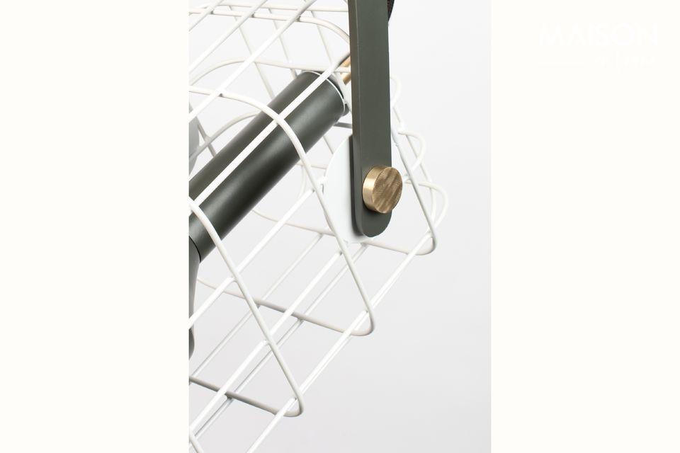 L\'abat-jour est en aluminium laqué avec une forme rappelant une lampe torche