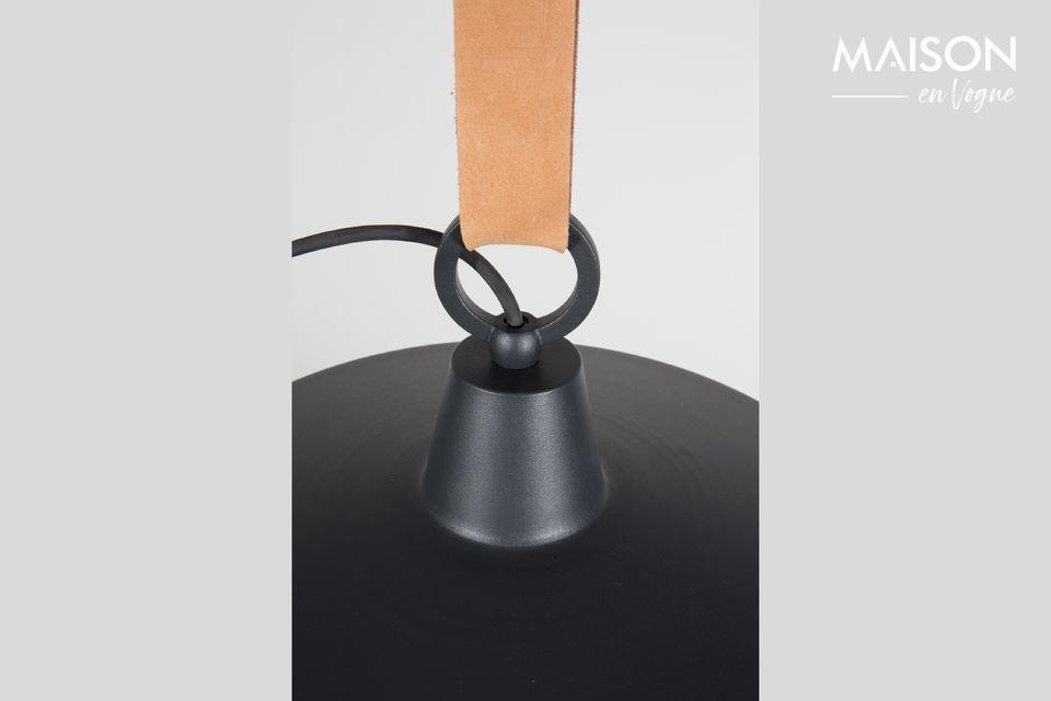 Cette suspension combine en effet l\'acier et le cuir, qui sont rarement associés sur un luminaire