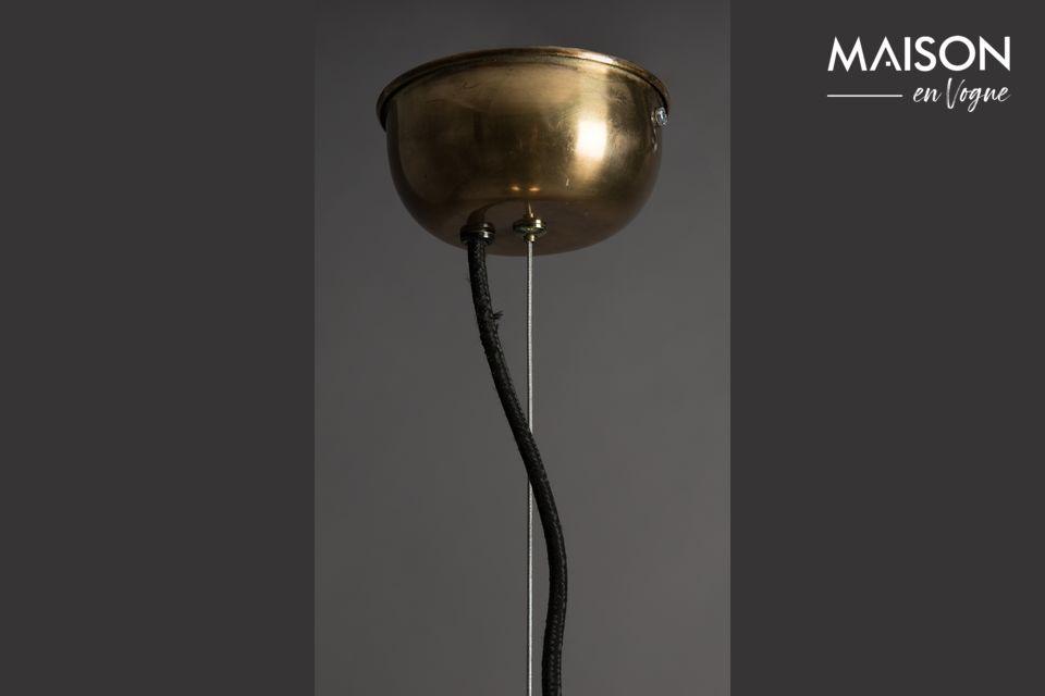 La structure traditionnelle est modernisée par un laiton brillant au lieu du métal brut