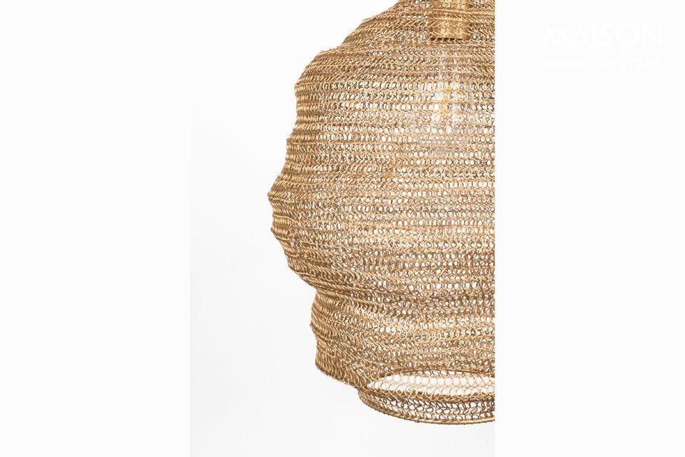 Le ton or chaleureux de cet habillage est en fer laqué