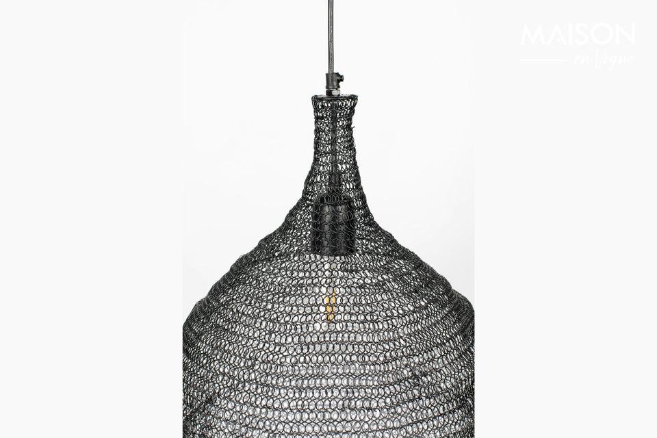 Une lampe suspendue avec un design moderne et un abat-jour en fer maillé