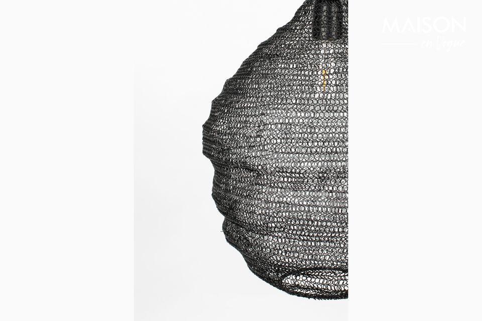 Cette lampe suspendue Lena M noire est conçue avec un abat-jour maillé créant une ambiance