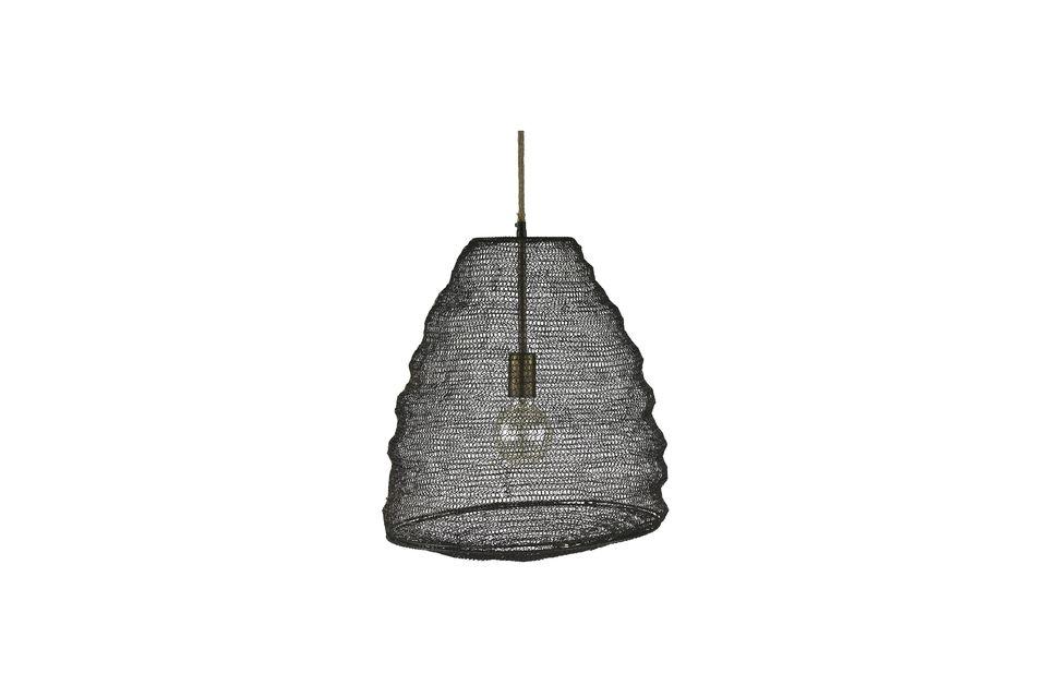 Il est conçu en métal à la manière d\'un filet de pèche et évoque de loin la forme d\'un