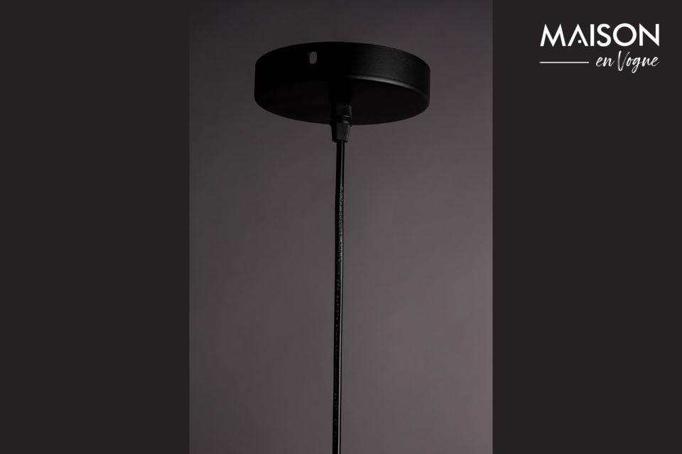 Son abat-jour rond, d\'un diamètre de 34,50 cm, est attaché sur un fin câble noir ajustable