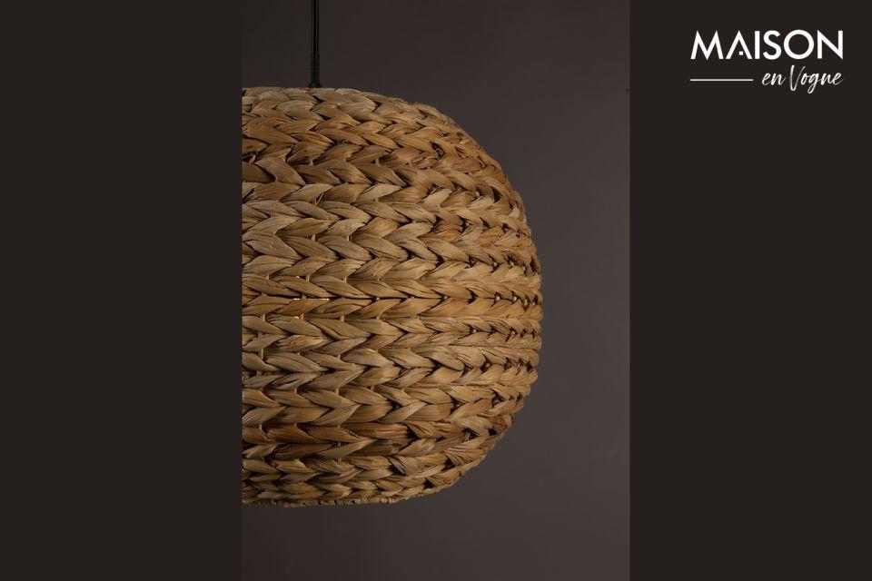 Cette lampe ajoute une belle touche d\'exotisme à toute la pièce