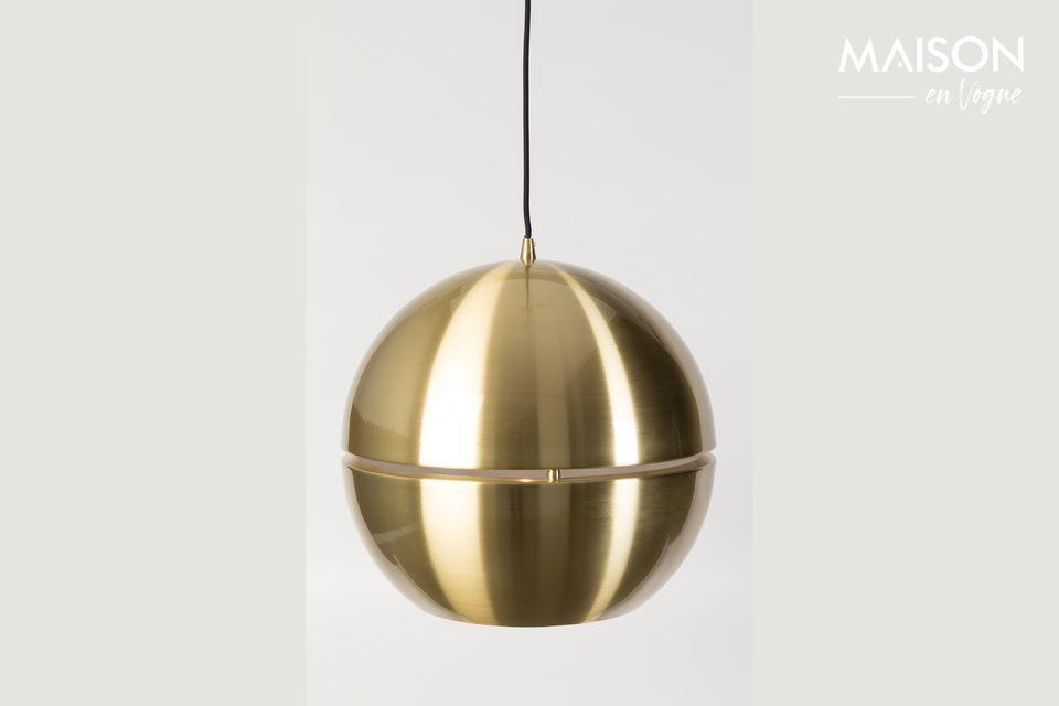 Toute votre pièce se reflète sur cette très chic boule dorée