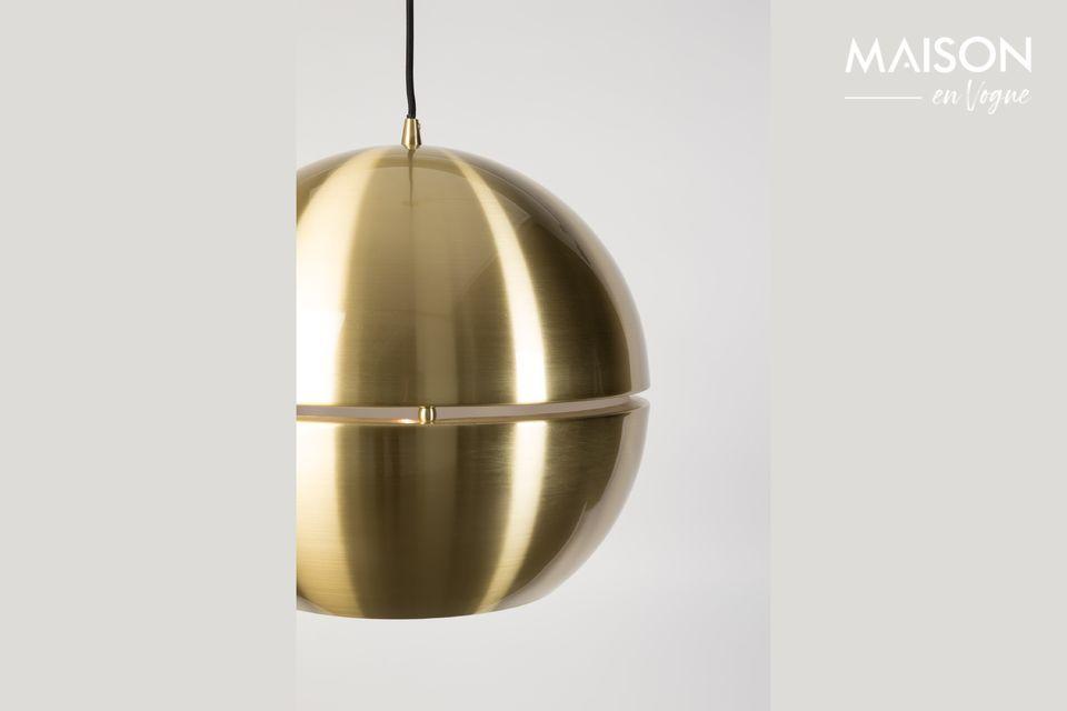 Sa forme toute en rondeur et la brillance apportée par le plaqué laiton sont mis en valeur par la