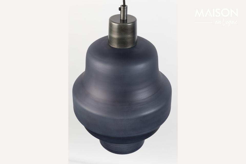 Cette lampe à suspendre offre un effet de sérénité grâce à son enveloppe de verre peint