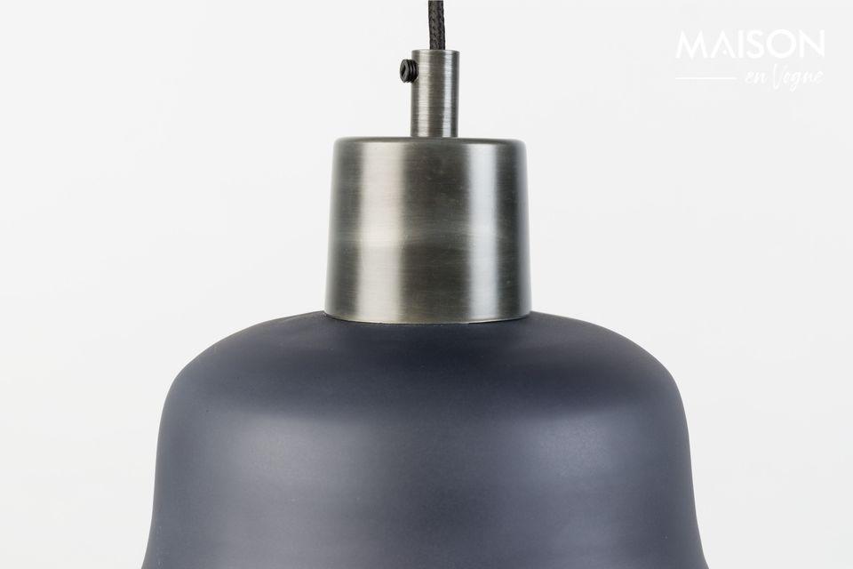 Le support de la lampe est en fer zingué, ce qui lui donne un effet rétro