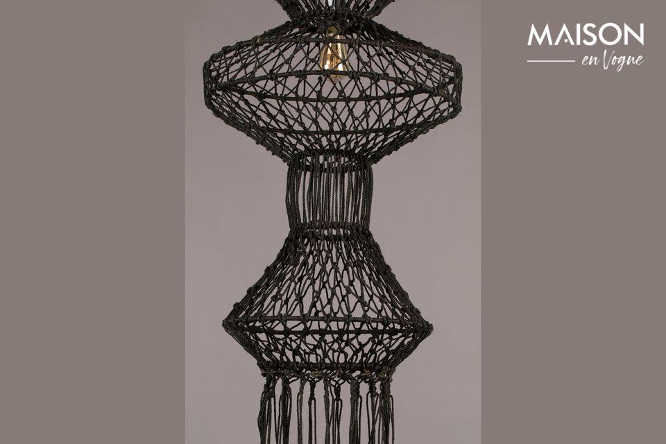 Cette belle lampe rappelle l\'Indonésie mais aussi la période florissante du macramé