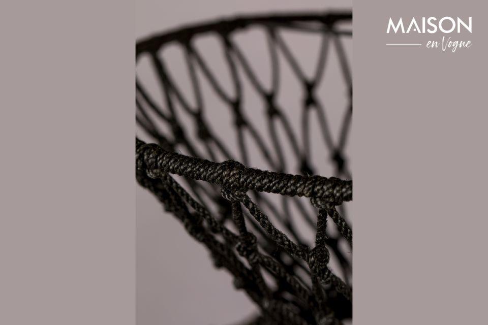 Le corps est bâti à partir de cercles de fer recouverts de fil de jute