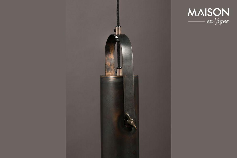 Conçue comme une grande lampe torche, cette suspension conjugue originalité et sobriété