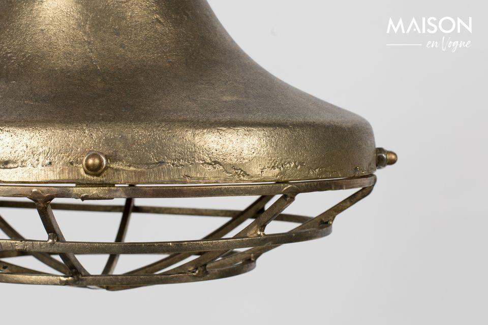 Cette jolie lampe joue les séductrices affirmées avec son aluminium laqué couleur cuivre clair