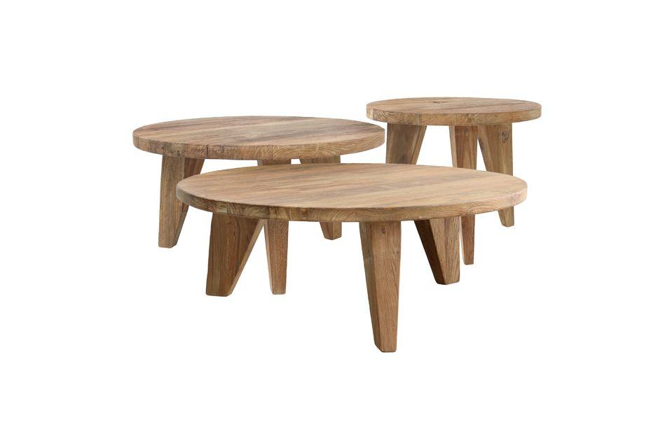 Élaborée en teck recyclé, cette table basse est posée sur 3 pieds trapézoïdaux