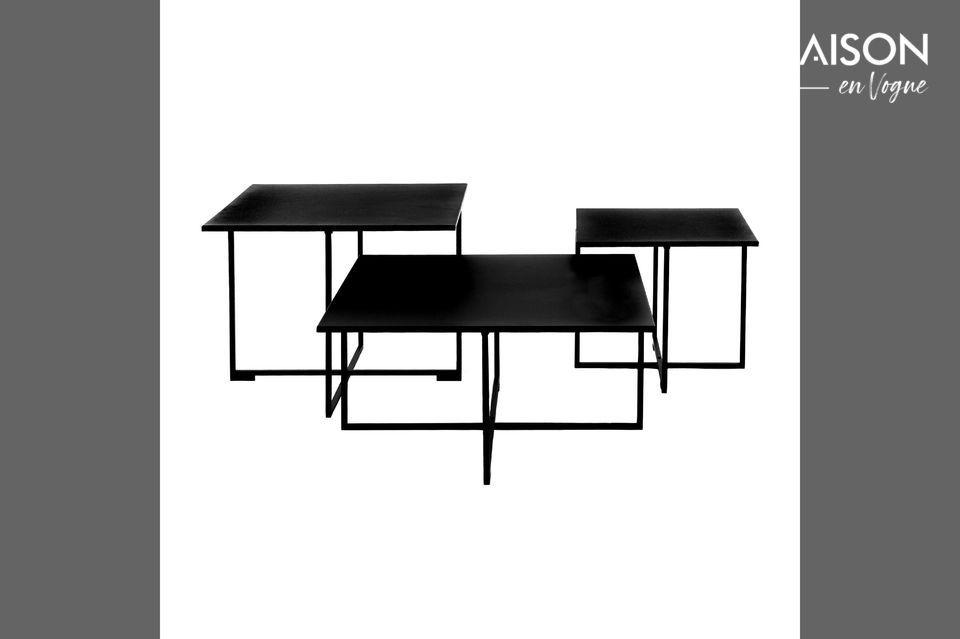 Table basse carrée en métal noir.