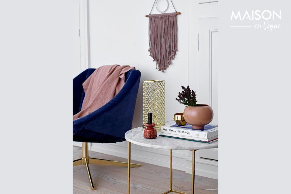 Une table basse luxueuse et épurée en marbre blanc avec pieds dorés