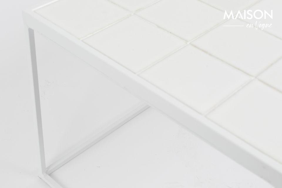 Cette table dispose d\'un plateau long aux finitions en céramique, disponibles en trois couleurs
