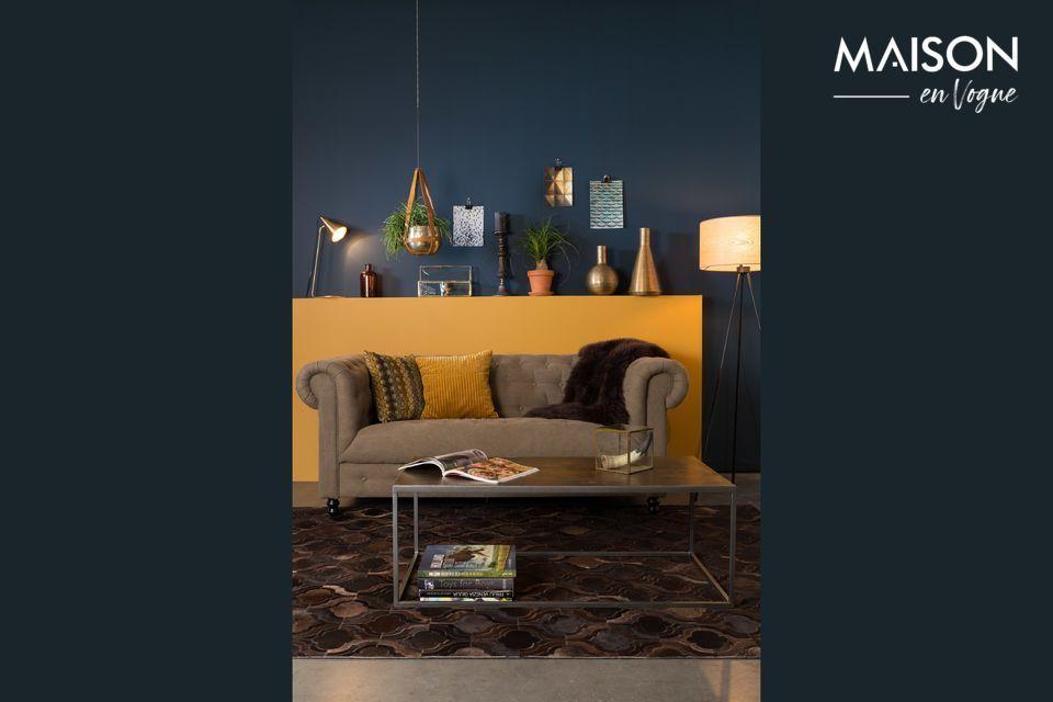 Son cadre en fer laqué gris poudre adopte une forme cubique qui modernise ce meuble au look vintage