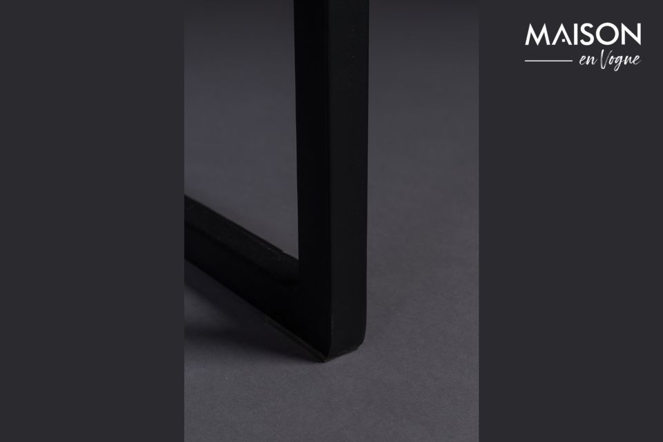 Le cadre est les pieds sont en métal noir reliés dans la largeur par des lignes à angle droit