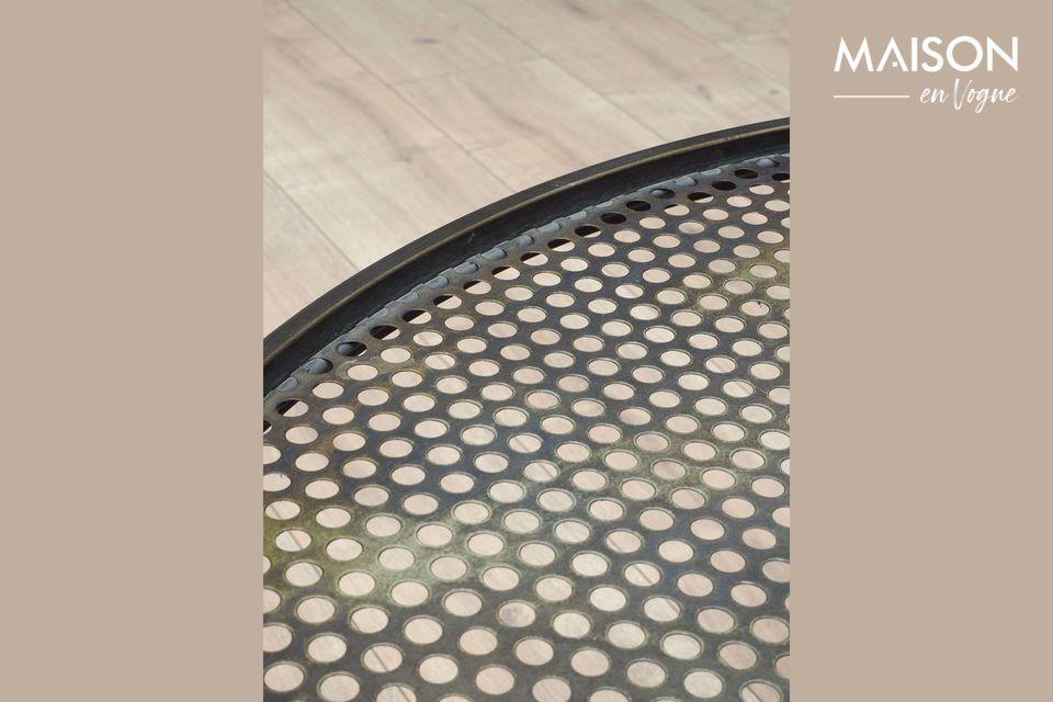 Cette table ronde a un côté industriel avec ses tubes de pieds croisés