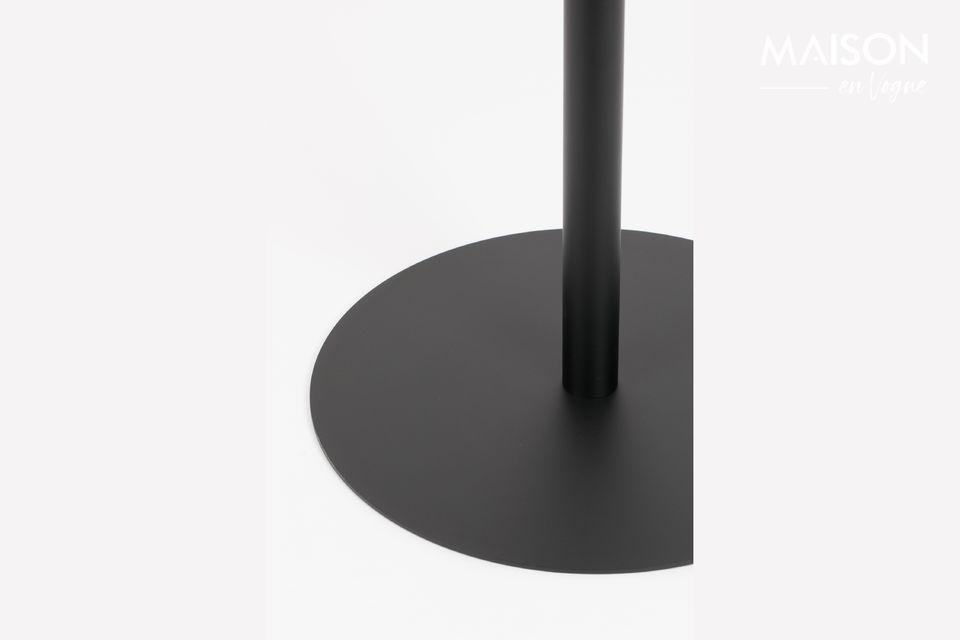 Une table de bistro, simple, dépouillée, presque aérienne
