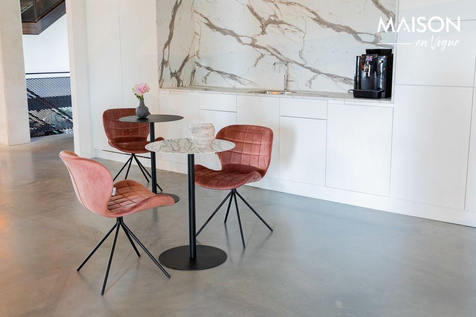 Une table d'appoint en acier de style bistrot