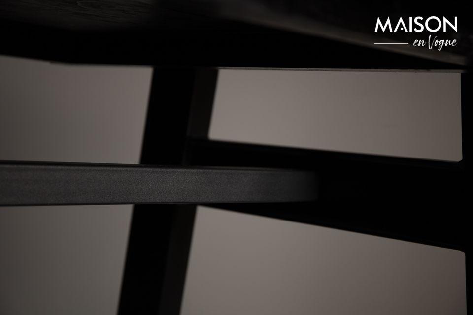 Le plateau est posé sur un cadre en métal noir