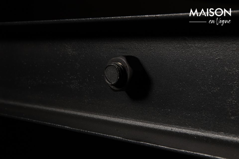 Le piètement est en fer laqué noir avec des vis apparentes pour un maximum d\'authenticité