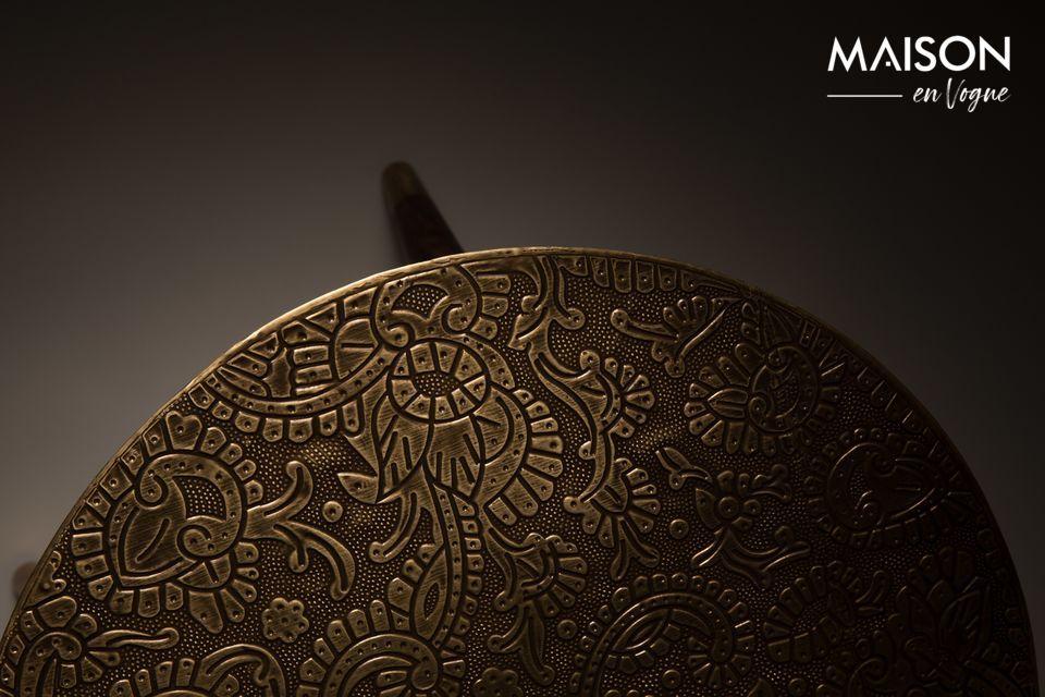 Le détail des embouts en métal doré complète un meuble élégant aux allures ethnique chic
