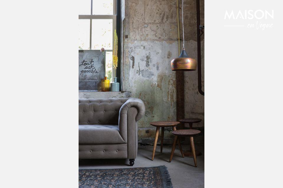 Mettez une touche d\'exotisme dans votre salon avec cette jolie petite table au plateau sculpté