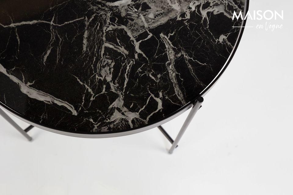 Son plateau amovible en verre feuilleté de marbre séduit par son authenticité