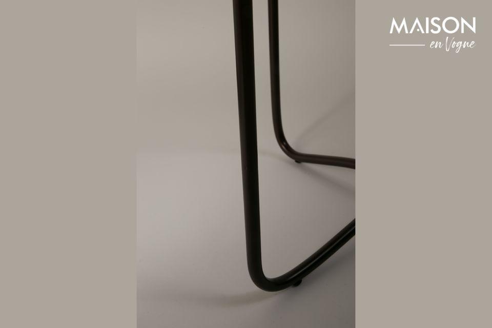 Le dessus de table est soutenu par une base métallique noire qui met en valeur le raffinement de