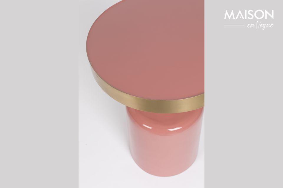 Son architecture fait penser à un élégant flacon contenant un produit féminin