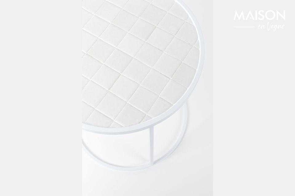 Sur son plateau de 40 cm se suivent de petits carrés de céramique blanche apportant un léger