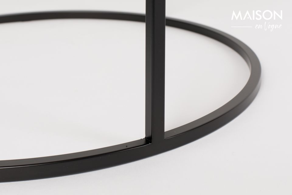 Avec son élégant cadre en fer noir et son plateau en carreaux de céramique sombres