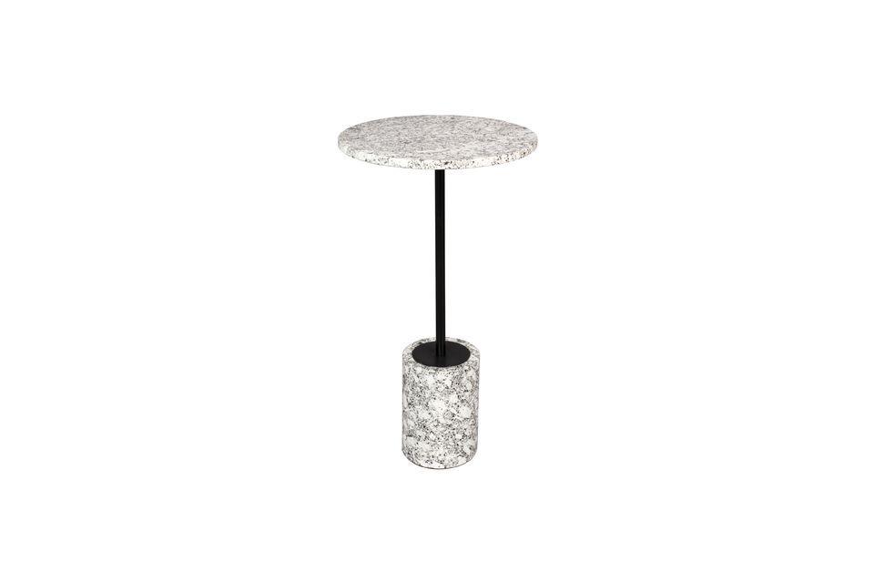 Le socle cylindrique est également en marbre blanc et le pied est formé d\'une tige en métal