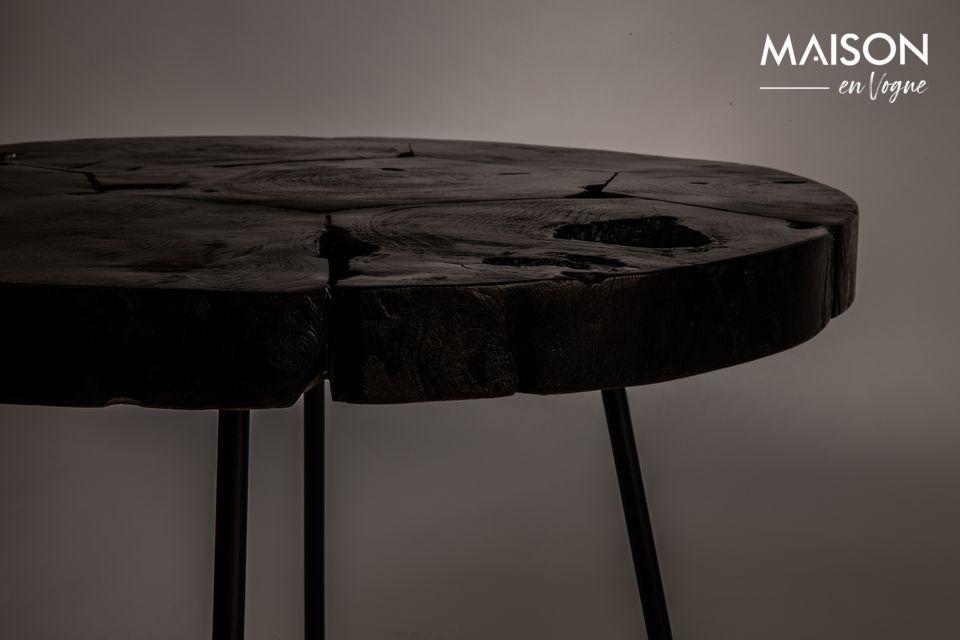 La base, quant à elle, a été conçue en fer et peinte en noir
