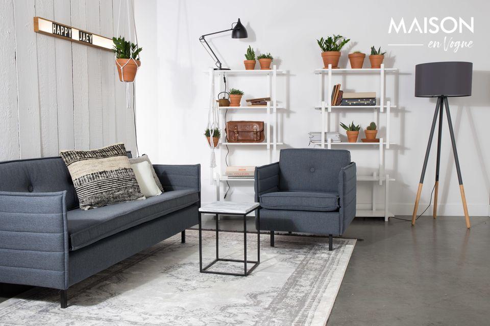 Une petite table au design noble et architectural