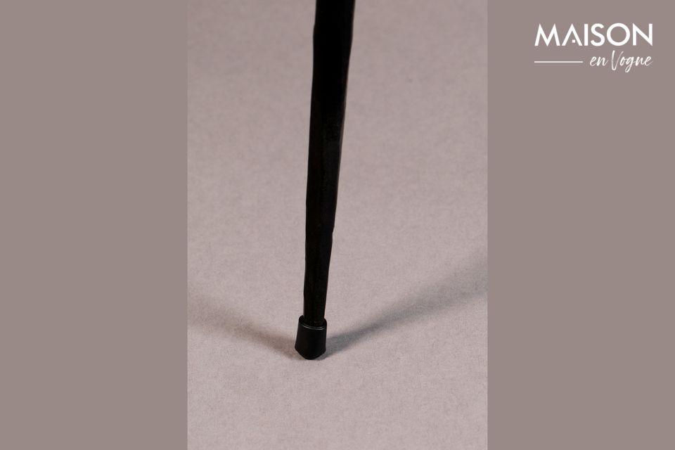 Une table d'appoint alliant acier et bois