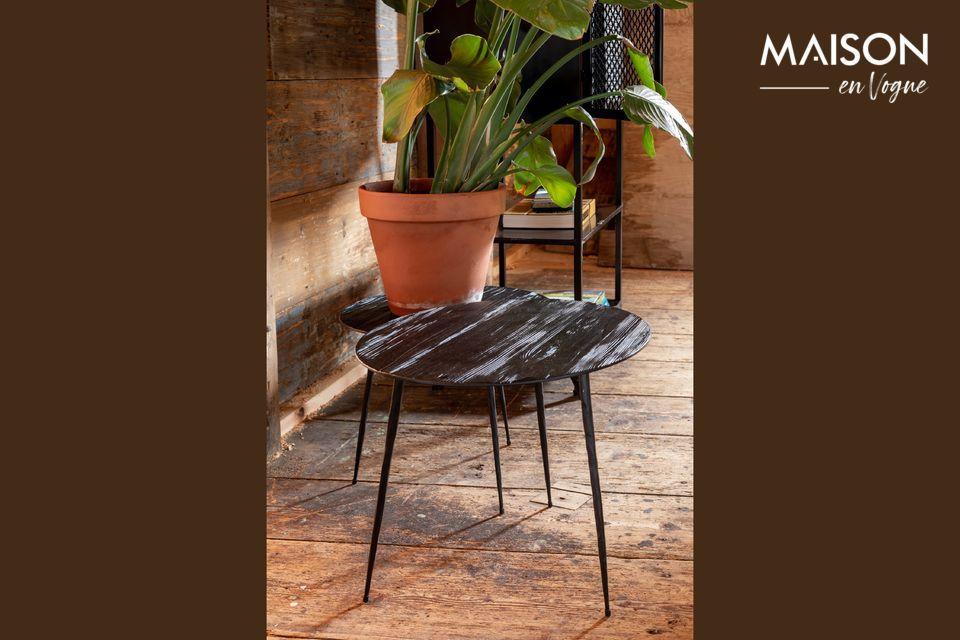 Une table d'appoint en bois et acier