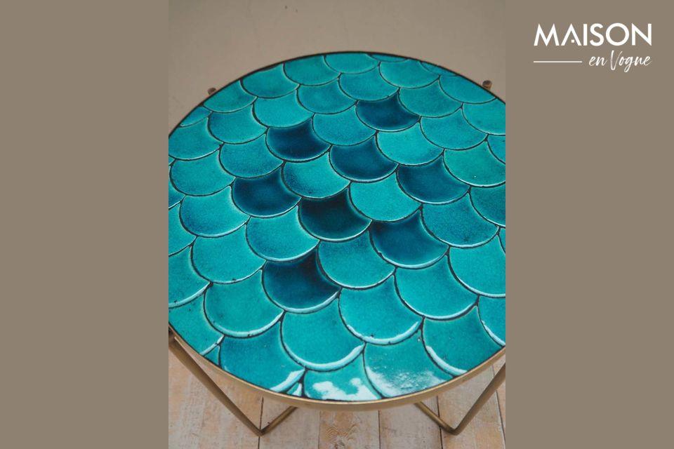 La table d\'appoint Séguret offre une architecture insolite avec ses écailles bleues conçues en