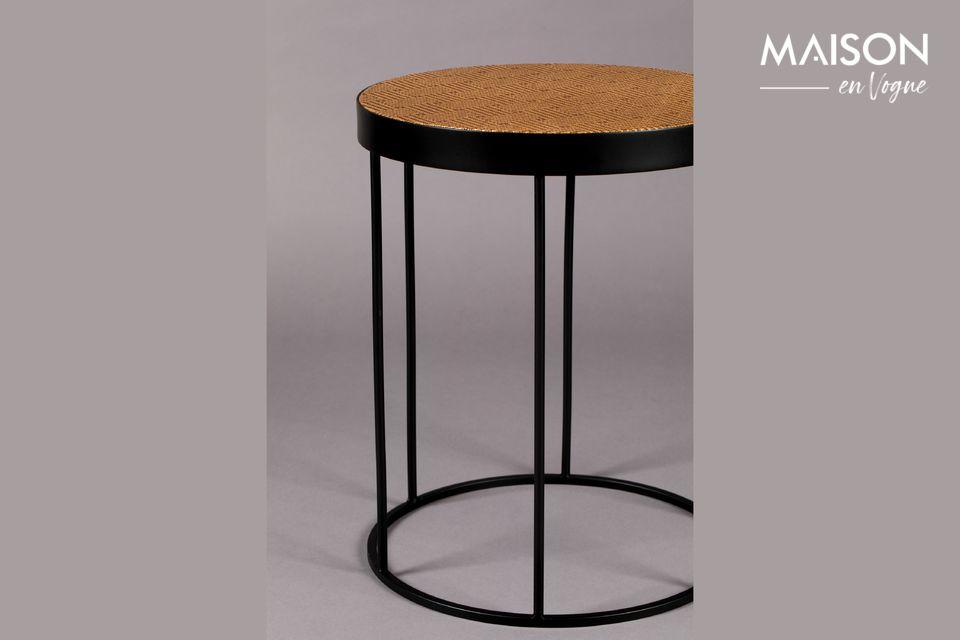 Il offre un dessus de table fini avec du papier kraft tressé puis laqué, aux motifs traditionnels