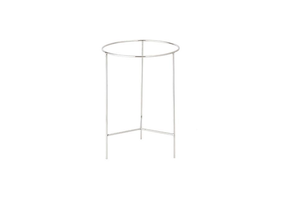 Cette mignonne table ronde est en aluminium laqué naturel au niveau des pieds et des rebords