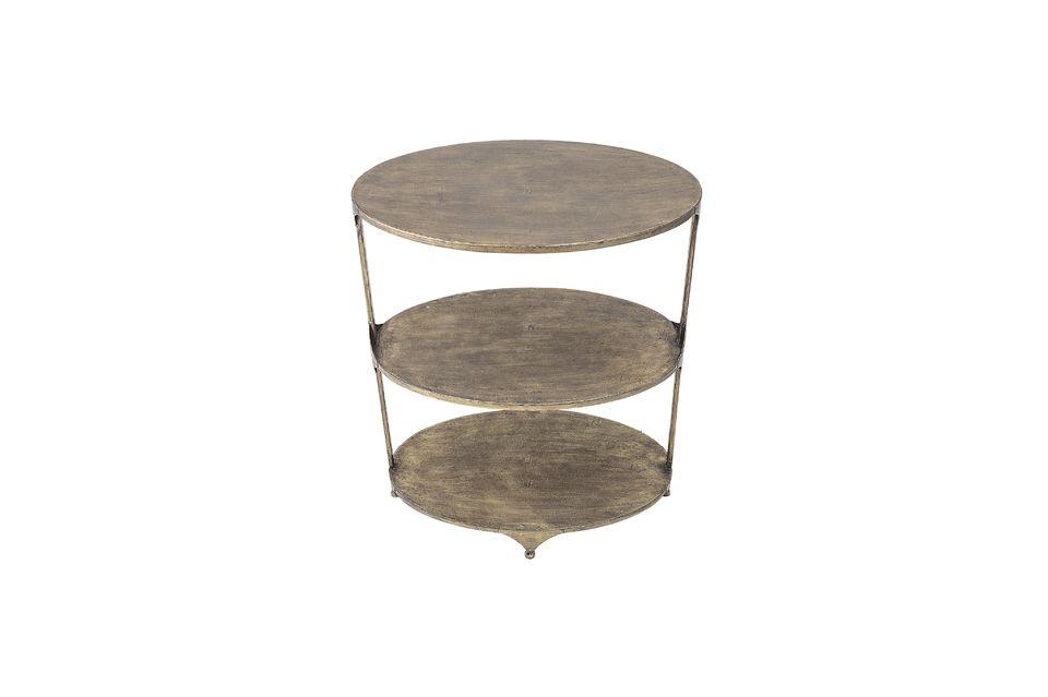 Une table avec deux étages supplémentaires