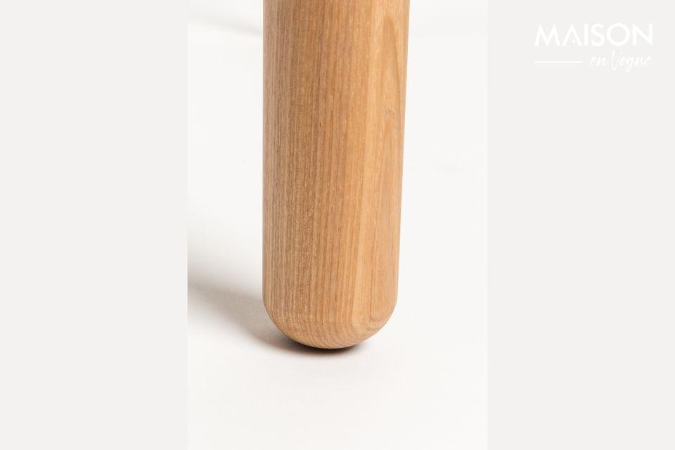 Son plateau de table en MDF plaqué frêne de 18 mm avec bordure de 10 mm et ses pieds en frêne