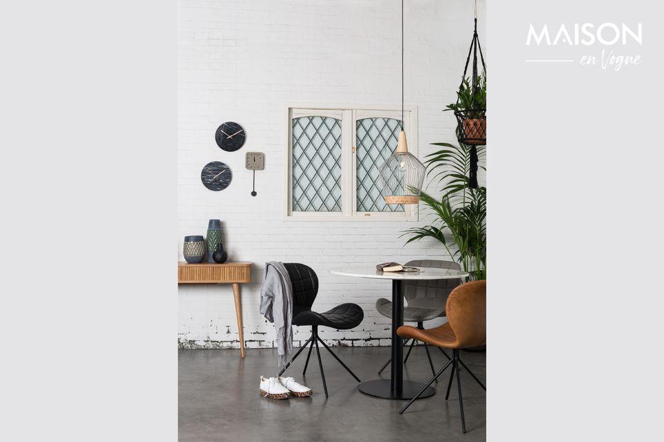 C\'est un plateau de 90 centimètres conçu en marbre blanc naturel et brillant que propose la table