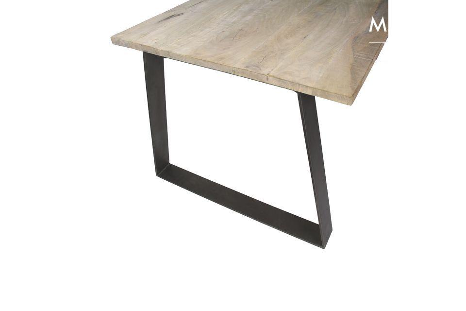 Avec ses lignes structurées et ses matières brutes, la table Nord ne fait pas dans l\'à peu près