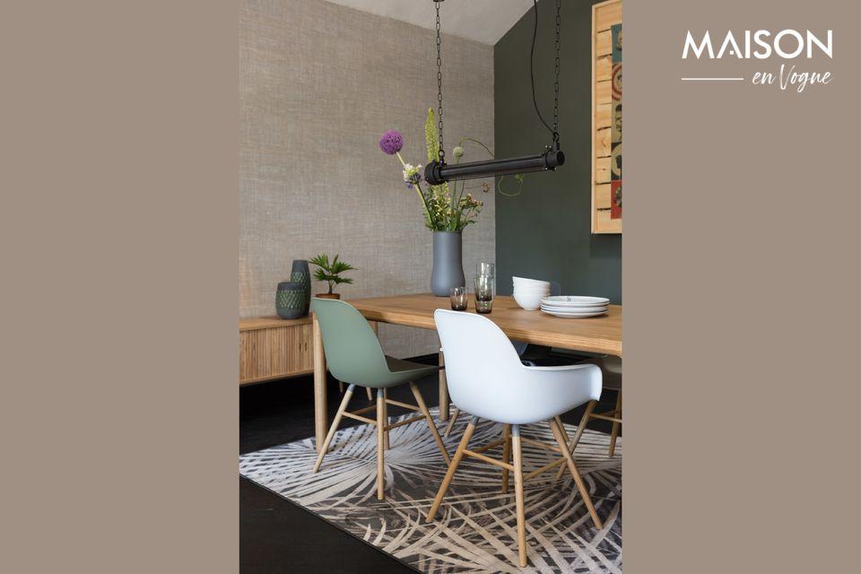Une table solide et élégante aux finitions naturelles